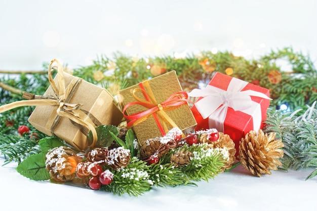 Bożenarodzeniowi prezenty w dekoracjach z bokeh światłami