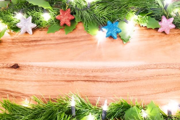 Bożenarodzeniowy backgound. zielony urlop i boże narodzenie decrorate rzecz na drewnianym stołowym tle.