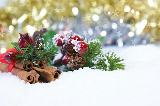 Bożenarodzeniowy cynamon i dekoracje w śniegu