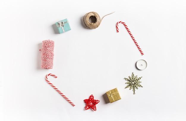 Bożenarodzeniowy dekoracja składu prezenta pudełka gwiazdy świeczki faborku cukierku trzcina