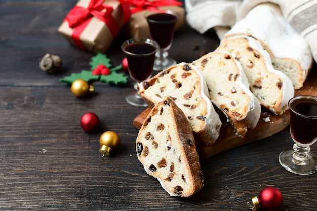 Bożenarodzeniowy deser stollen pokrajać na drewnianym stole. przepis na kuchnię austriacką i niemiecką. boże narodzenie w europie