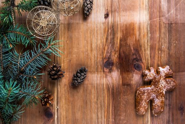 Bożenarodzeniowy drewniany tło z gałąź choinka, bożenarodzeniowe piłki i rożki