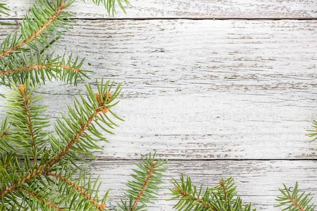 Bożenarodzeniowy drewniany tło z jedlinowym drzewem. widok z góry