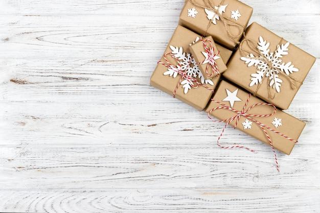Bożenarodzeniowy drewniany tło z prezenta pudełkiem