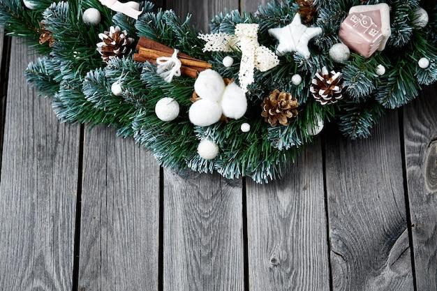 Bożenarodzeniowy drewniany tło z śnieżnym jedlinowym drzewem