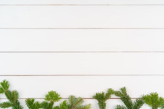 Bożenarodzeniowy kartka z pozdrowieniami z copyspace na biały drewnianym