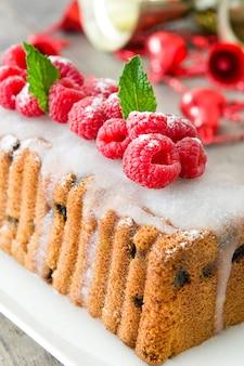Bożenarodzeniowy owocowy tort na drewnie