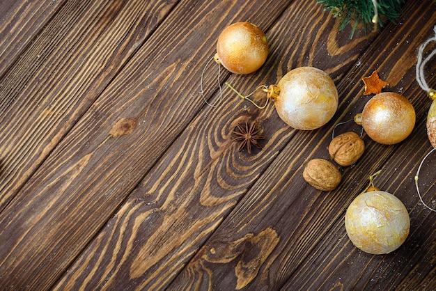 Bożenarodzeniowy piłka wystrój na starym drewnianym tle