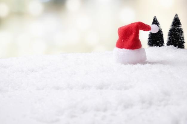 Bożenarodzeniowy pojęcie. bożenarodzeniowa dekoracja, sosna rożek na śniegu z nieba tłem. miękka ostrość, wolny światło (selekcyjna ostrość).