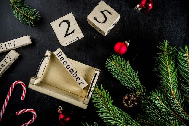 Bożenarodzeniowy pojęcie z dekoracjami, jodeł gałąź, z kalendarzem grudzień p25