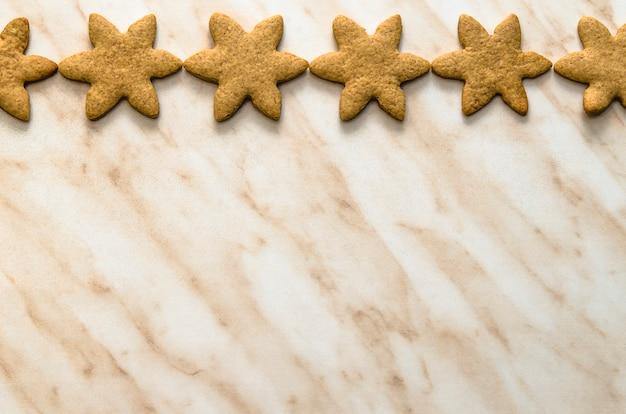 Bożenarodzeniowy pojęcie z domowymi piec ciastkami w kuchni