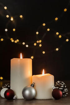 Bożenarodzeniowy pojęcie z świeczkami i kulami ziemskimi