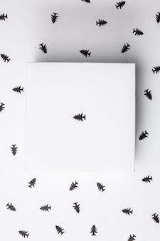 Bożenarodzeniowy prezenta pudełko nad białym tłem. powyżej.