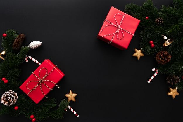 Bożenarodzeniowy prezenta pudełko, sosna z xmas dekoracją na czarnym tle i