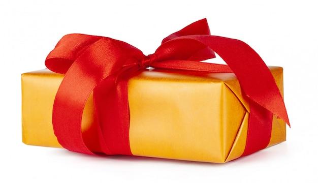 Bożenarodzeniowy prezenta pudełko z czerwonym faborkiem odizolowywającym na białym tle