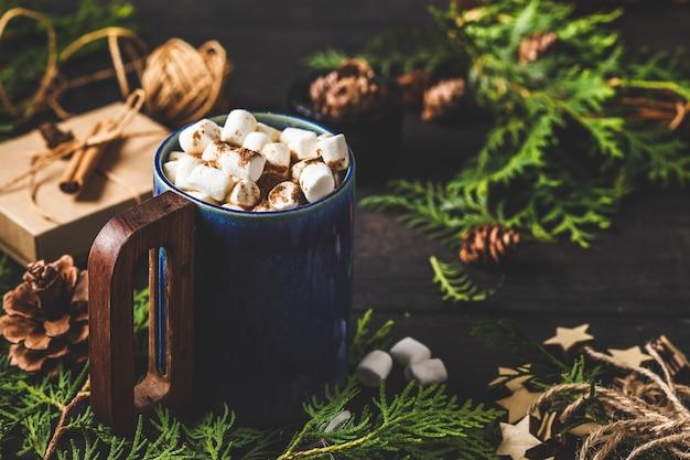 Bożenarodzeniowy skład na ciemnym tle. świąteczny kubek kakaowy.
