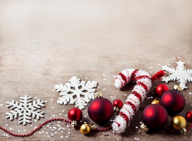Bożenarodzeniowy skład z bożenarodzeniowymi piłkami, płatkami śniegu i cukierku drzewa zabawką na drewnianym stole. boże narodzenie, nowy rok koncepcja z miejsca kopiowania