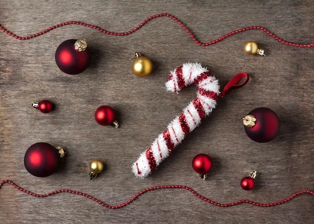 Bożenarodzeniowy skład z bożenarodzeniowymi piłkami, płatkami śniegu i cukierku drzewa zabawką na drewnianym stole. boże narodzenie, nowy rok koncepcji. leżał płasko, widok z góry