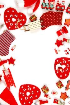 Bożenarodzeniowy skład z drewnianymi dekoracjami nad białym tłem. sezonowe wakacje, kartka z życzeniami, zaproszenie na imprezę xmas
