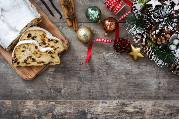 Bożenarodzeniowy stollen tradycyjny niemiecki bożenarodzeniowy deser na drewnianym odgórnego widoku copyspace