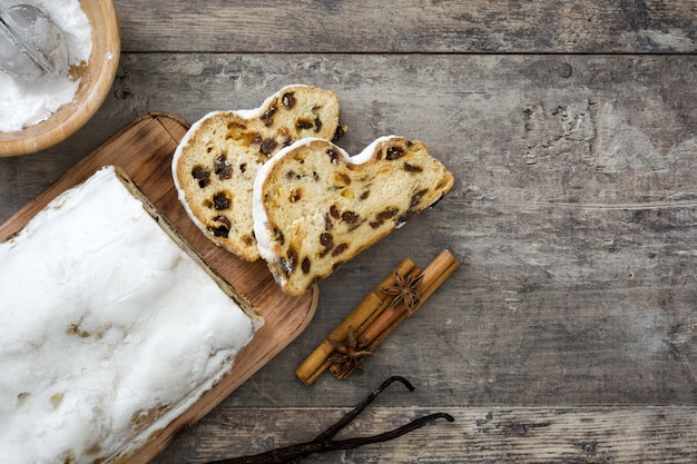 Bożenarodzeniowy stollen tradycyjny niemiecki bożenarodzeniowy deser na drewnianym
