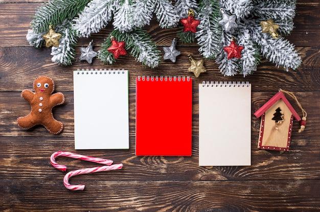 Bożenarodzeniowy świąteczny tło z notatnikami