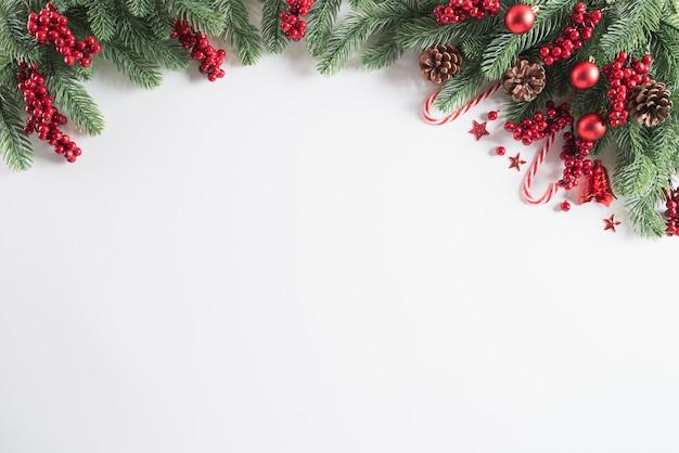 Bożenarodzeniowy tło dekoraci pojęcie na bielu