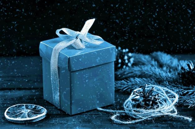 Bożenarodzeniowy tło monochrom z płatkami śniegu