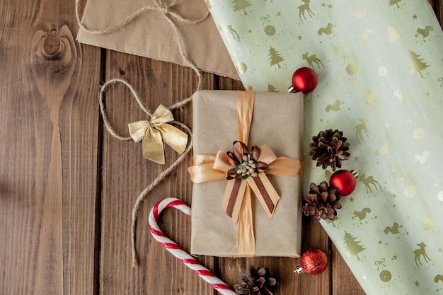 Bożenarodzeniowy tło z bożenarodzeniowymi rożkami i zabawkami, jodeł gałąź, giftbox i dekoracjami