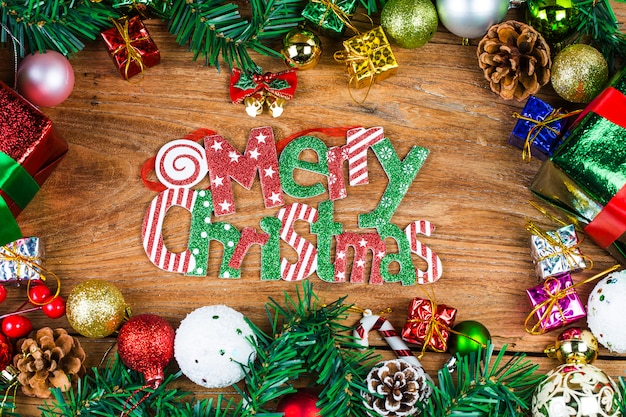 Bożenarodzeniowy tło z dekoracjami i prezentów pudełkami na drewnianej desce