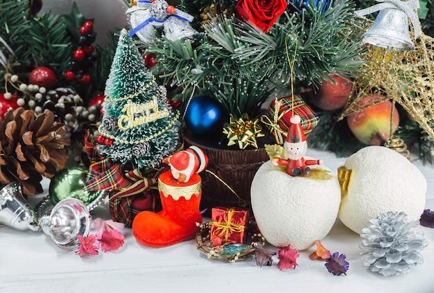 Bożenarodzeniowy tło z dekoracjami i prezentów pudełkami na drewnianym