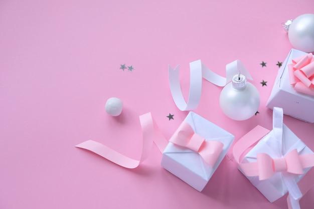 Bożenarodzeniowy tło z dekoracjami i prezentów pudełkami na menchiach