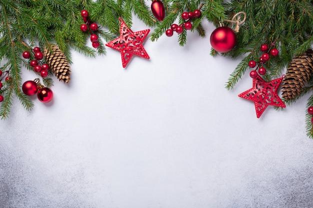 Bożenarodzeniowy tło z jedlinowym drzewem i czerwonymi prezentami