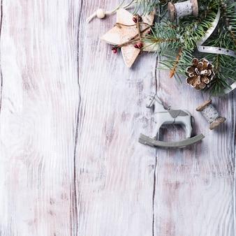 Bożenarodzeniowy tło z jedlinowym drzewem i dekoracjami.