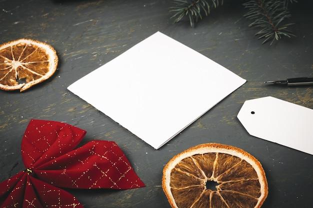 Bożenarodzeniowy tło z listem, kopertą i piórkowym piórem otaczającym sezonowymi dekoracjami