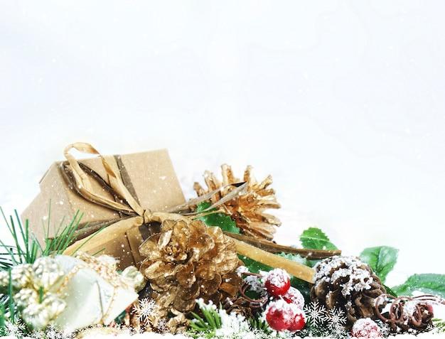 Bożenarodzeniowy tło z podławym modnym prezentem w dekoracjach
