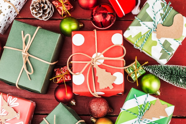Bożenarodzeniowy tło z prezentów pudełkami, przygotowanie na wakacje. widok z góry z miejsca kopiowania.