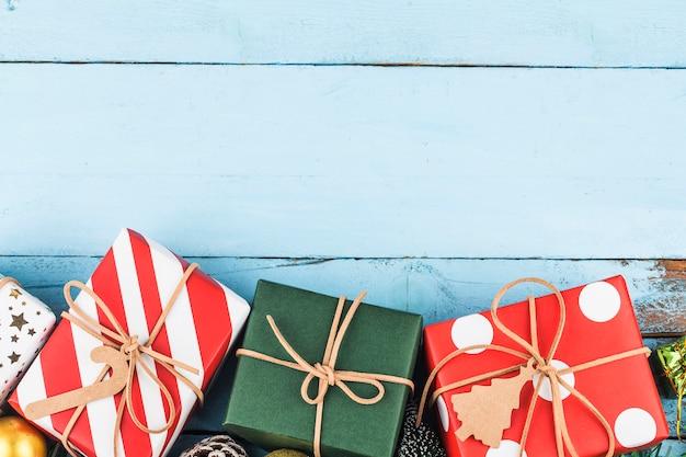 Bożenarodzeniowy tło z prezentów pudełkami, przygotowanie na wakacje. widok z góry
