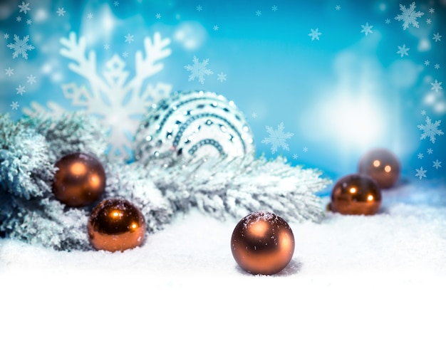 Bożenarodzeniowy tło z śniegiem i boże narodzenie piłkami