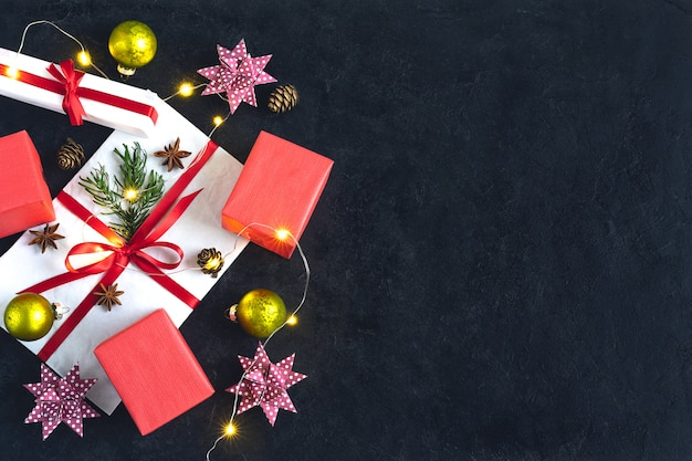 Bożenarodzeniowy tło z teraźniejszość i wystrojem. widok z góry z miejsca kopiowania. tło kartki świąteczne wakacje