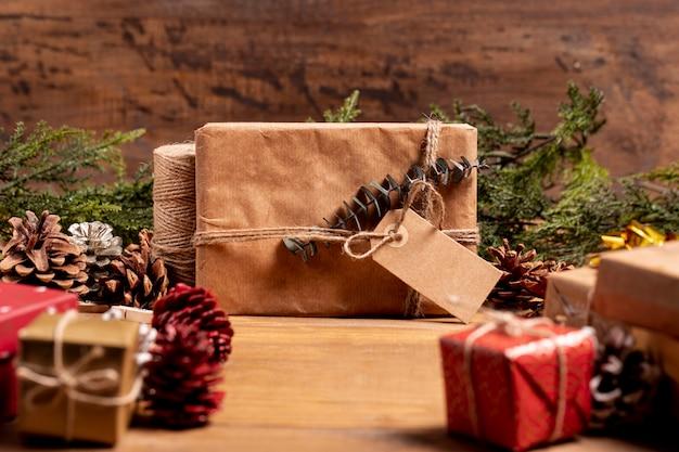 Bożenarodzeniowy tło z zapakowanymi prezentami