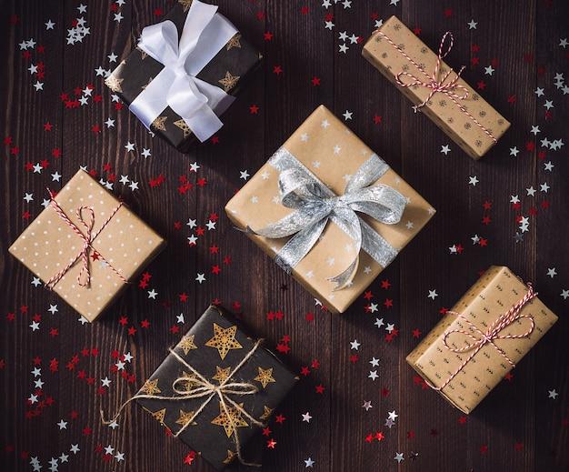 Bożenarodzeniowy wakacyjny prezenta pudełko na dekorującym świątecznym stole