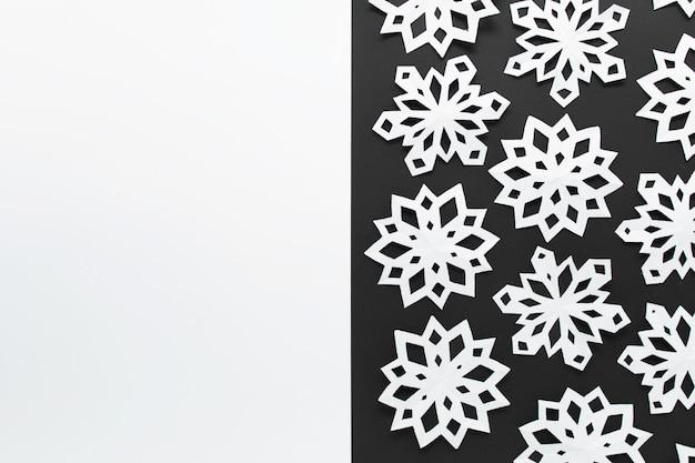 Bożenarodzeniowy zimy tło z ręcznie robiony papierowymi płatkami śniegu