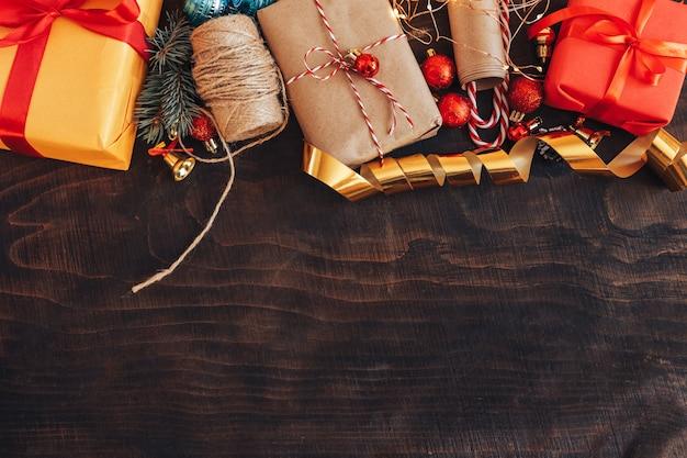 Bożenarodzeniowych dekoracj rama na drewnianym tle.