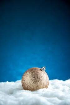 Bożonarodzeniowa piłka z widokiem z przodu