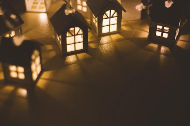 Bożonarodzeniowe lampki na ciemnym tle