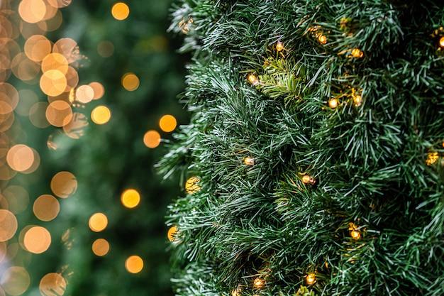 Bożonarodzeniowe światła i dekoracje na fasadzie budynek, selekcyjna ostrość, zamazany tło