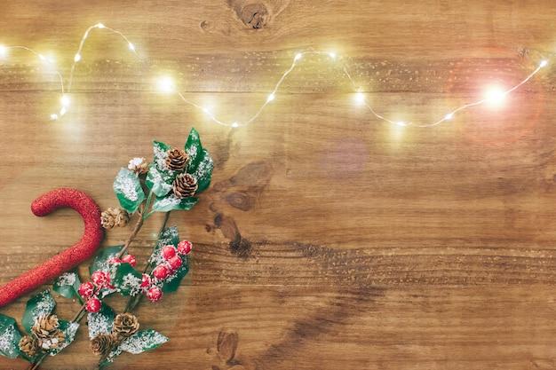 Bożonarodzeniowe światła nad drewnianym tłem.
