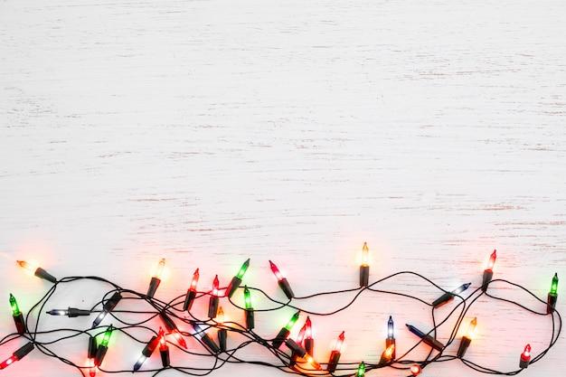 Bożonarodzeniowe światła żarówki dekoracja na białym drewnie