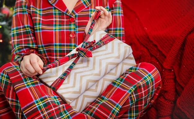 Bożonarodzeniowy poranek, kobieta z prezentami w jej rękach. selektywne ustawianie ostrości.